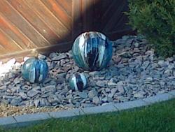 3 boules en grès bleu, blanc, noir