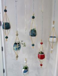 Suspension intérieure poterie et osier