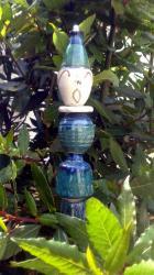 Timo, le lutin en grès émaillé bleu vert sur tuteur
