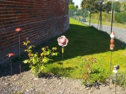 Les tuteurs de jardin en grès dans leur jardin