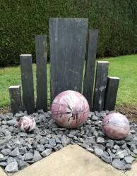 boules en grès émaillées en rose pour déco extérieure